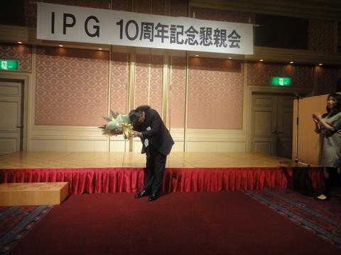 中野会長へ花束の贈呈